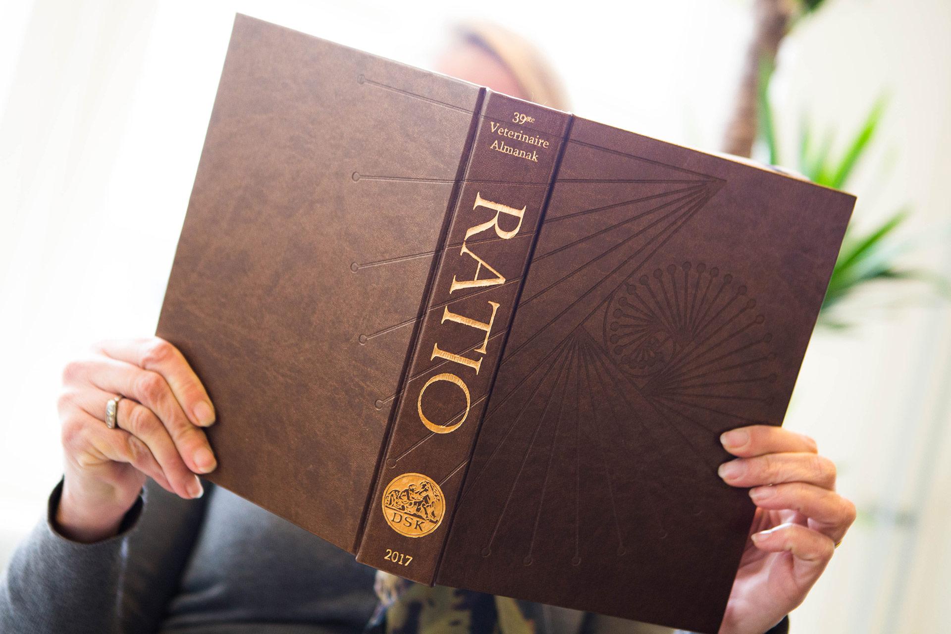 PerfectBook - Almanak met blindpreeg en goudfoliedruk op kunstleer